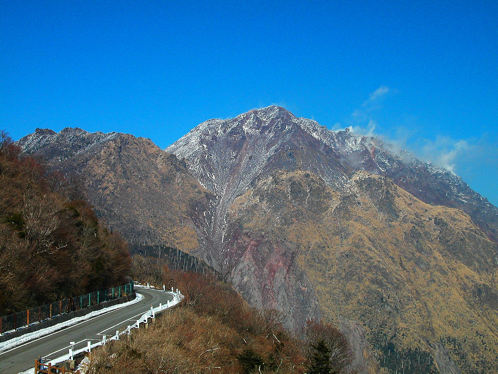 仁田峠循環道路と平成新山 左クリックで平成新山へ右クリック背景に設定で壁...  壁紙サイズ T