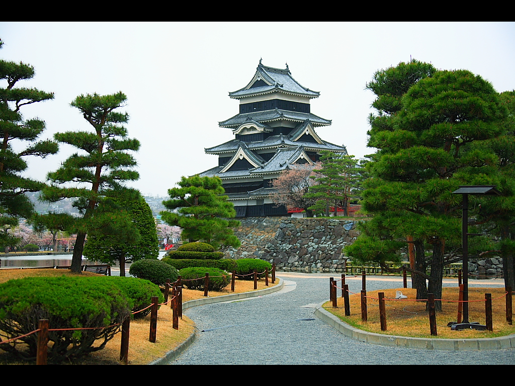 松本城入り口の広場付近より 左クリックで松本城 桜へ右クリック背景に設定...  壁紙サイズ T