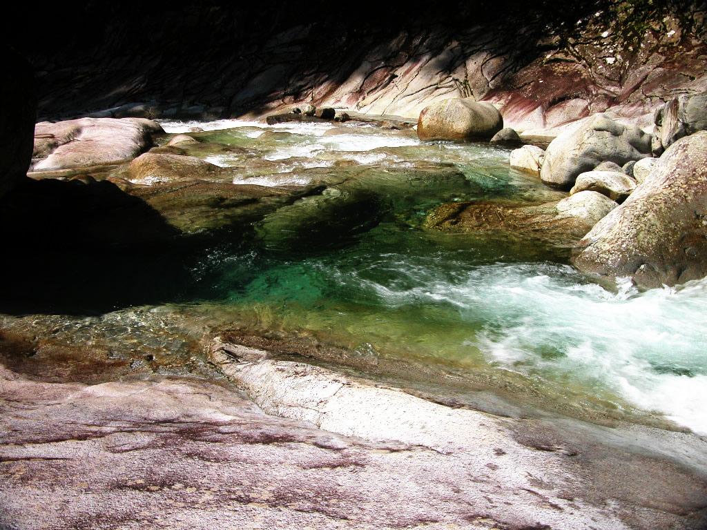 面河渓 鉄砲石川の流れ 左クリックで面河渓谷・鉄砲石川へ右クリック背景に...  壁紙サイズ T